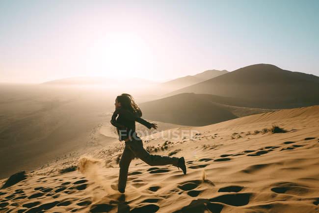 Namibie, Désert de Namib, Sossusvlei, Femme descendant la Dune au lever du soleil — Photo de stock