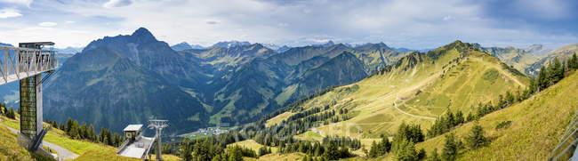 Blick vom Gipfel des Walmendinger Horns in Richtung Kleinwalsertal Riezlern, Österreich — Stockfoto