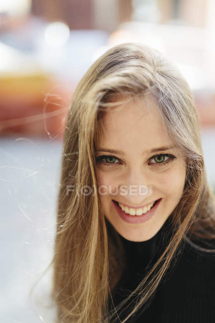Portrait of smiling young woman outdoor — Stock Photo