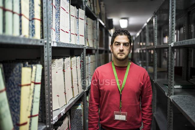 Porträt von Ernst aussehender Mann in einem Archiv — Stockfoto