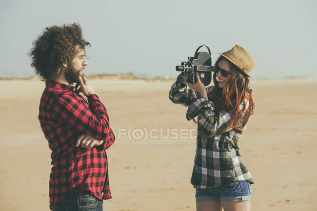 Іспанії El Puerto de Santa Maria, молода жінка зйомок свого хлопця на пляжі — стокове фото