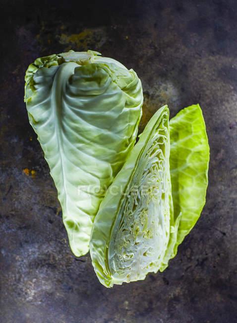 Целом и половина Милая капусты — стоковое фото