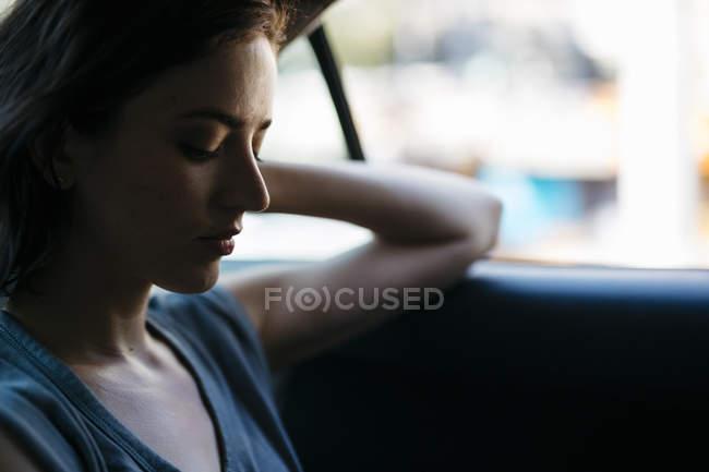 Портрет молодой женщины, сидящей в такси — стоковое фото