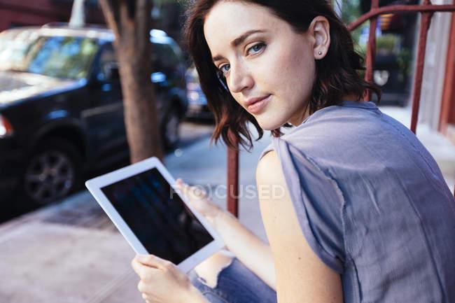 Портрет женщины с цифровой планшет — стоковое фото