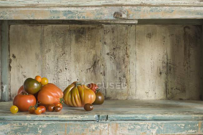 Frische Tomaten auf Küchenschrank — Stockfoto
