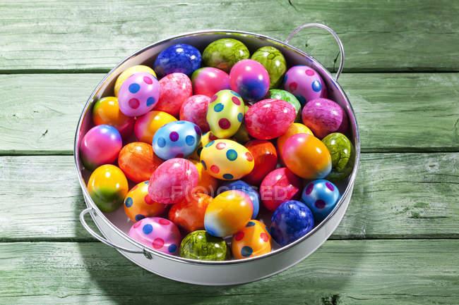 Vassoio di uova di Pasqua colorate su legno verde — Foto stock