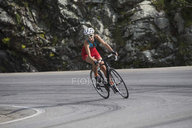 Switzerland, Engadin, cyclist on Bernina Pass — Stock Photo