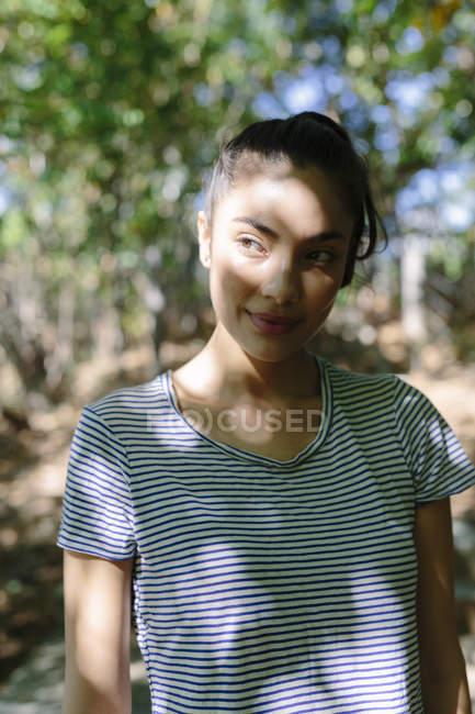 Ritratto di giovane donna che guarda qualcosa all'aperto — Foto stock