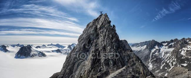 Groenland, Schweizerland, Kulusuk, alpiniste au sommet d'une montagne — Photo de stock