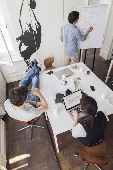 Творческие деловые люди, имеющие встречу в современном офисе — стоковое фото