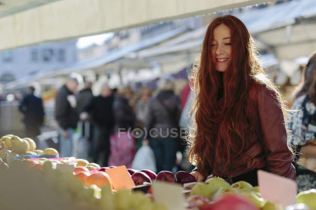 Lächelnde Frau auf dem Obstmarkt — Stockfoto