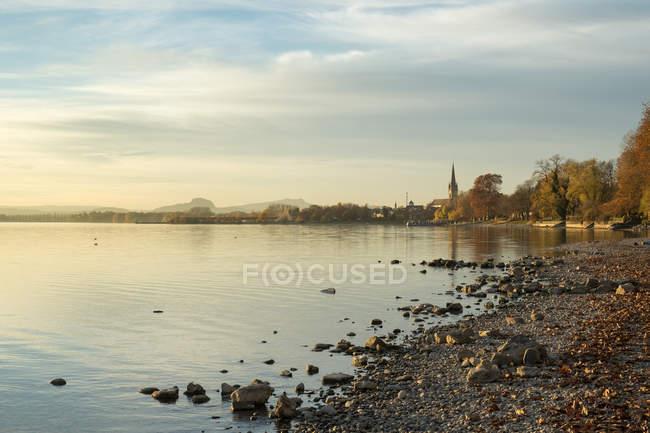 Германия, Боденское озеро, Радольфцелль вид в Осенний закат на берегу озера — стоковое фото