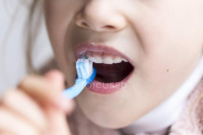 Bambina lavarsi i denti da latte — Foto stock