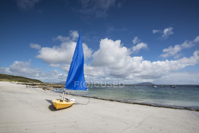 Sailing boat at Bunowen beach, Ireland, County Galway — Stock Photo