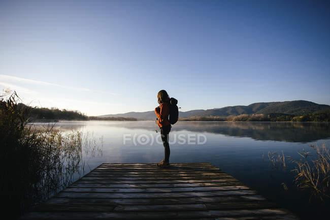 Испания, Каталония, Жирона, туристка на пристани у озера, наслаждающаяся природой — стоковое фото