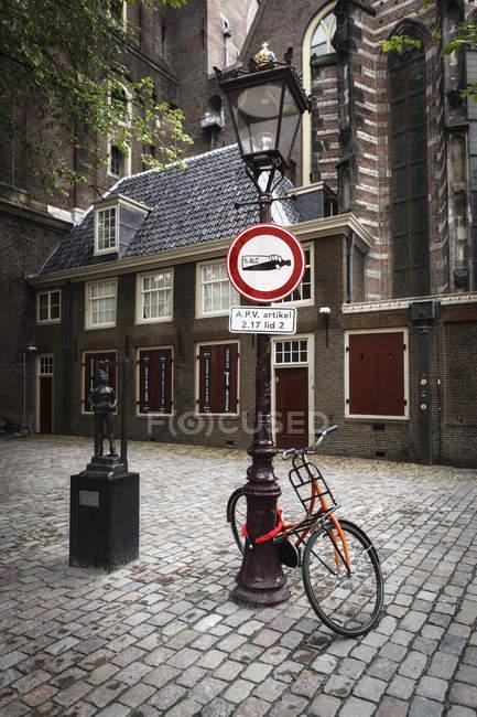 Países Bajos, Amsterdam, Bicicleta en el farol de De Wallen - foto de stock