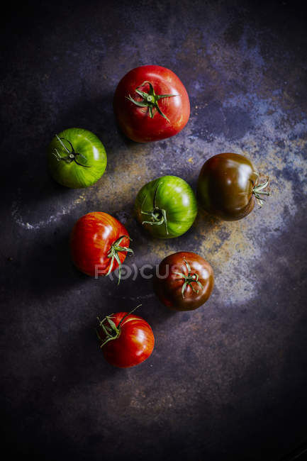 Negro con tomates rojos y verdes - foto de stock