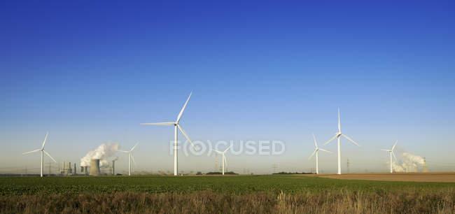 Vue des éoliennes et de la centrale minière de Neurath, Rhénanie-du-Nord-Westphalie, Allemagne — Photo de stock