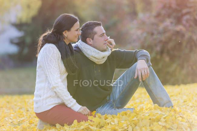 Glückliches Paar im Herbstlaub — Stockfoto