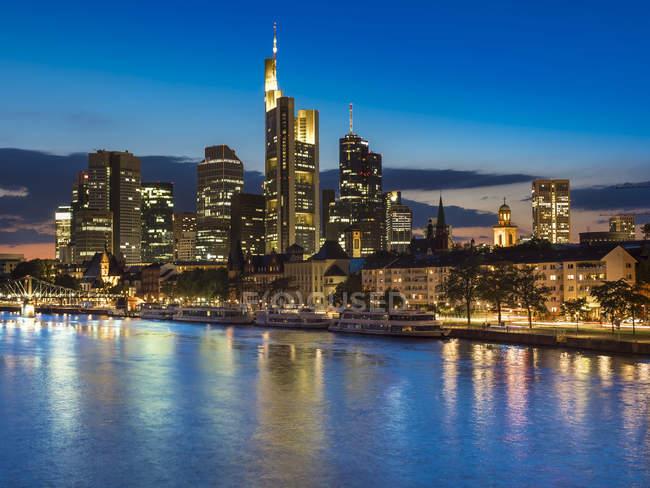 Горизонт finanial району фону, річка Майн, Франкфурт, Німеччина — стокове фото