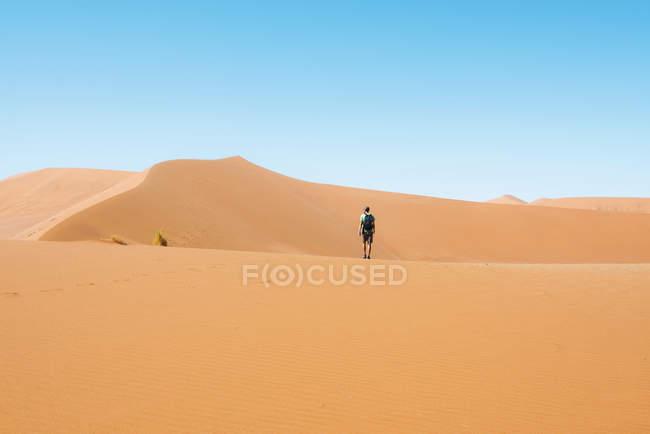 Namibia, deserto del Namib, Sossusvlei, uomo che cammina attraverso le dune — Foto stock