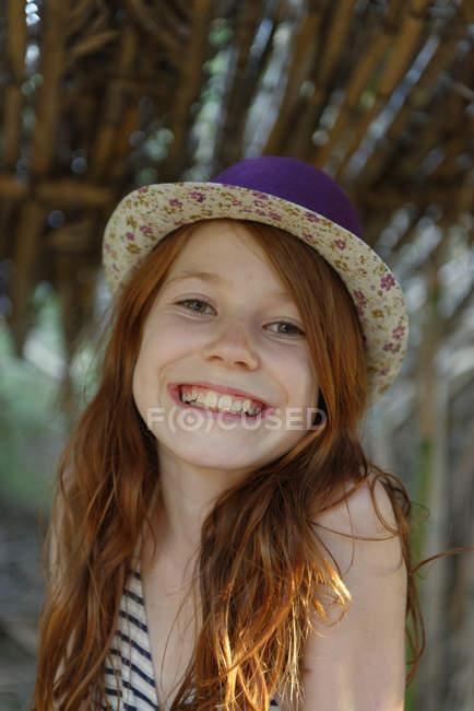 Ritratto di ragazza rossa sorridente che indossa il cappello — Foto stock