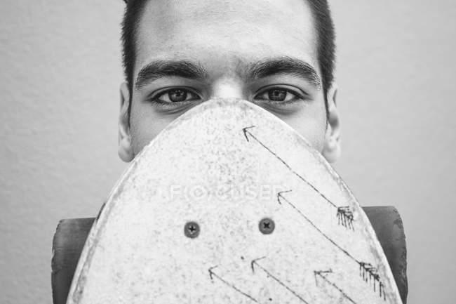 Портрет молодого человека с longboard — стоковое фото