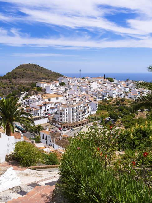 España, Andalucía, Costa del Sol, Vista de Frigiliana durante el día - foto de stock