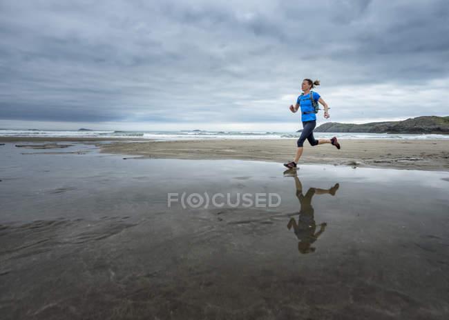 Royaume-Uni, Pembrokeshire, Whitesands bay, Femme mûre qui longe le sentier côtier — Photo de stock