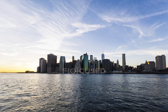 États-Unis, New York, New York, Manhattan, Skyline et East River au coucher du soleil — Photo de stock