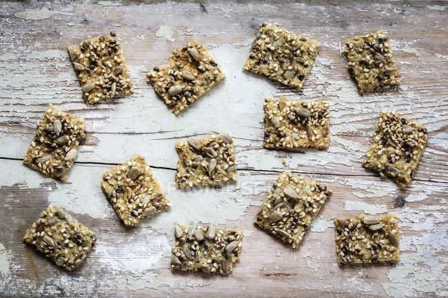 Galletas de semillas con semillas de cáñamo en madera - foto de stock