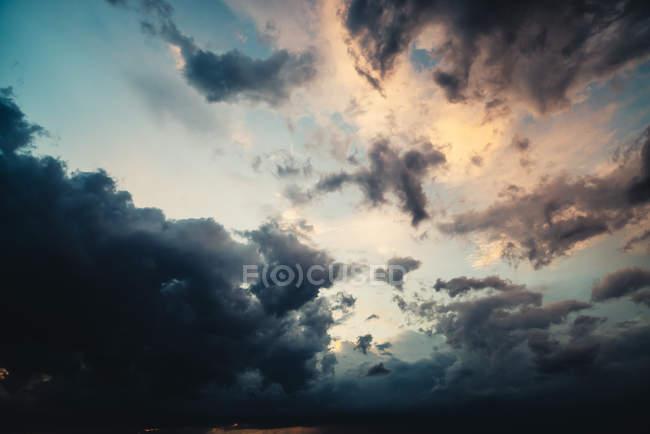 Vista delle nubi temporalesche in cielo alla sera — Foto stock