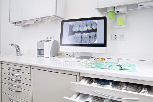 Schublade mit zahnärztlichen Instrumenten und Röntgenbild der Zähne — Stockfoto