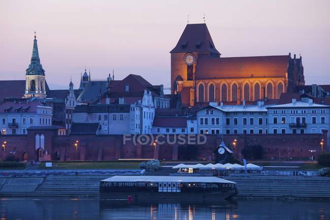 Pologne, Torun, vue sur les toits de la ville au crépuscule — Photo de stock