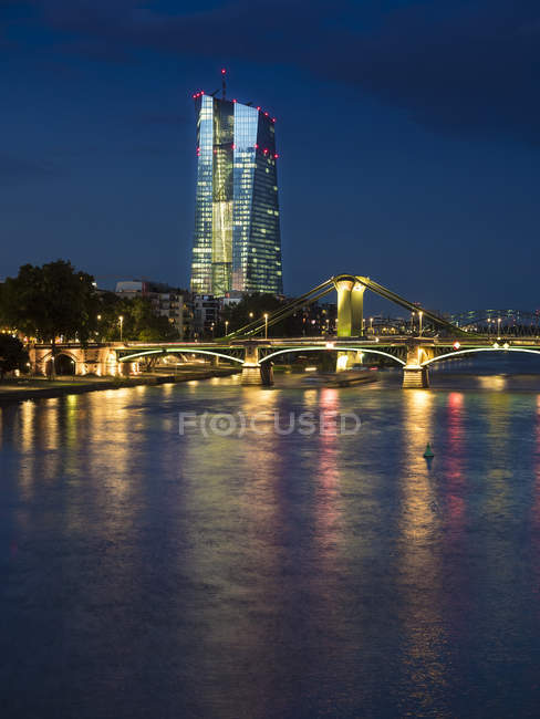 Alemanha, Frankfurt, Rio Meno com o Banco Central Europeu, BCE, iluminada à noite — Fotografia de Stock