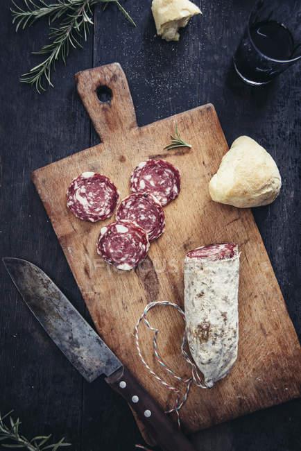 Sliced salami on cutting board — Stock Photo