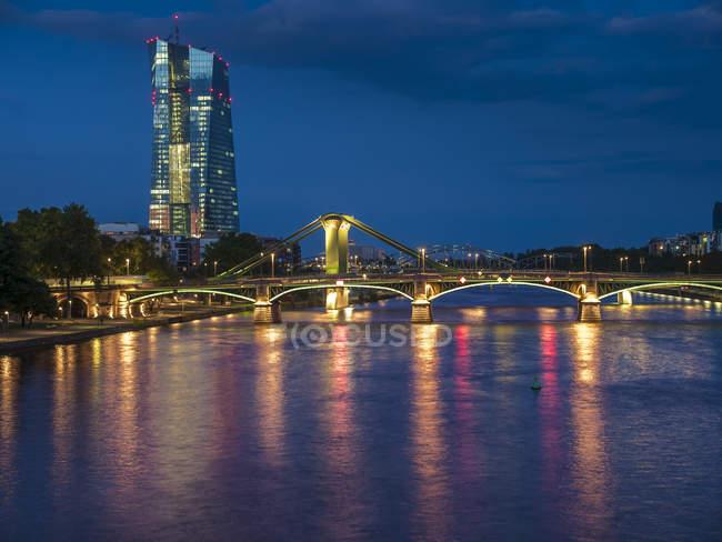 Deutschland, Frankfurt, Mains mit Europäischen Zentralbank EZB-Turm, die abends beleuchtet — Stockfoto