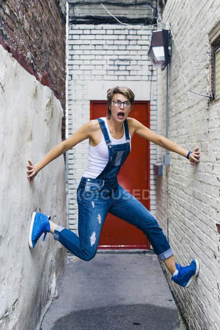 Blonde Frau zwischen zwei Fassaden — Stockfoto