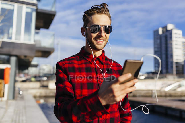 Irlanda, Dublino, giovane al molo della città che ascolta musica — Foto stock