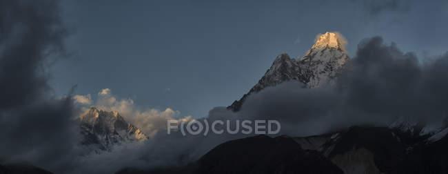 Nepal, Himalaya, Khumbu, regione dell'Everest, Ama Dablam, rocce sotto le nubi — Foto stock