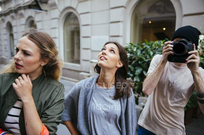 Austria, Vienna, tre turisti esplorare la città vecchia, l'uomo con la macchina fotografica — Foto stock