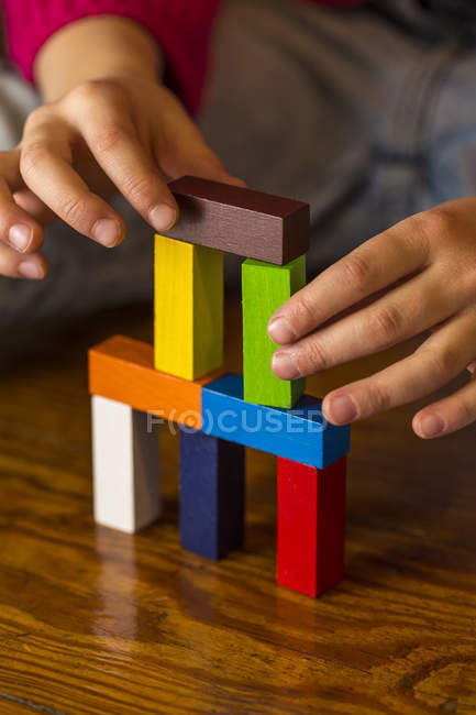 Girl playing with building bricks — Stock Photo