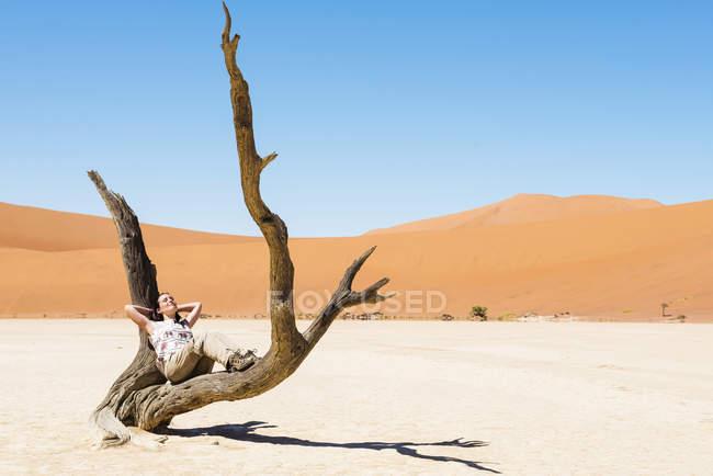 Намібія, Наміб, жінка, відпочиваючи в Мертве дерево у Deadvlei — стокове фото