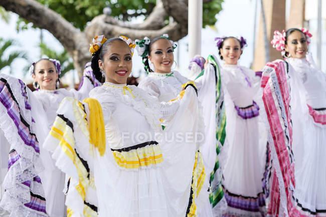 Мексика, Халиско, Xiutla танцовщица, фольклорные мексиканской танцоры — стоковое фото
