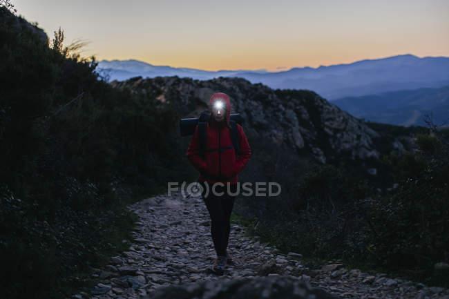 Іспанії, Каталонія, Жирони, жіночий мандрівного прогулянки з Фара в сутінки — стокове фото