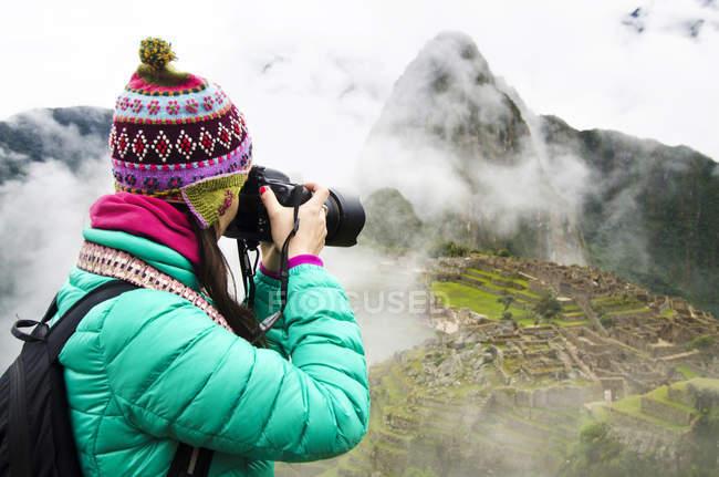 Peru, regione Machu Picchu, Donna viaggiante che fotografa Machu Picchu Cittadella — Foto stock