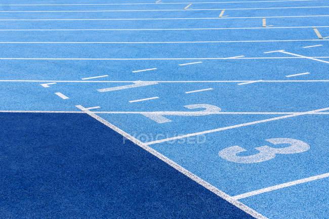 Синий тартан трек с числами — стоковое фото