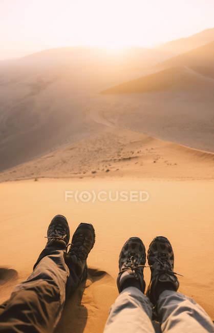Namibia, Namib Desierto, Sossusvlei, botas de viaje Pareja al amanecer desde la Duna 45 - foto de stock