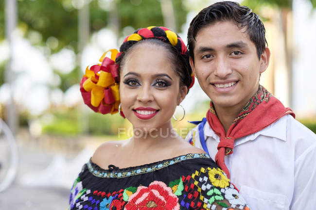 Portrait of traditional folkloristic Mexican dancers — Stock Photo