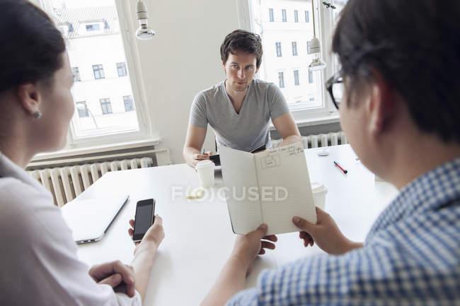 Gens d'affaires créatifs ayant une réunion dans un bureau moderne — Photo de stock